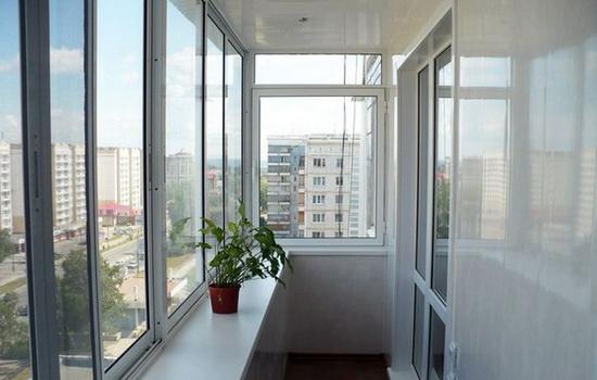 Балкон, остекленный холодным способом, с использованием рам раздвижного типа