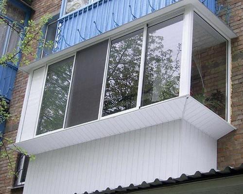 Балкон, отделанный снаружи пластиковой вагонкой