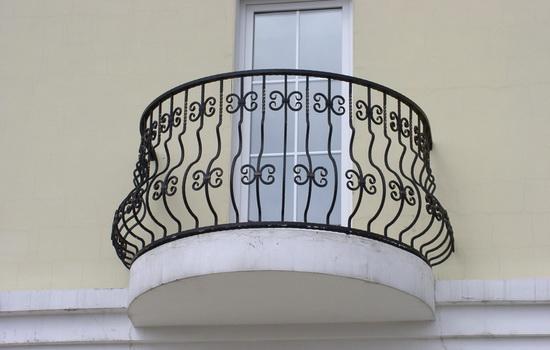 Французский балкон с кованым ограждением