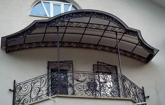 Навес над балконом, выполненный из поликарбоната