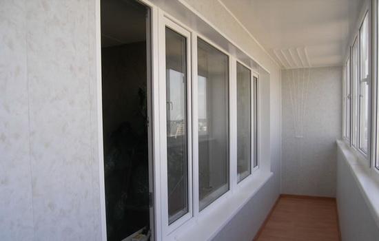 Окрашенный потолок у балкона