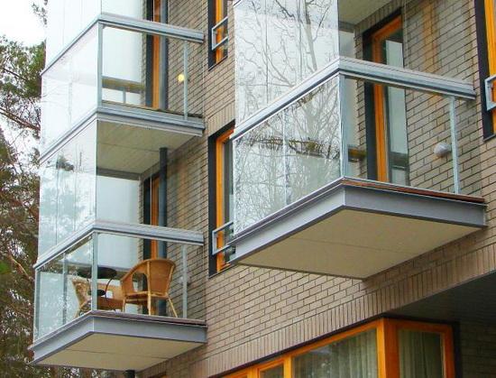 Преимущества и недостатки панорамного остекления балкона