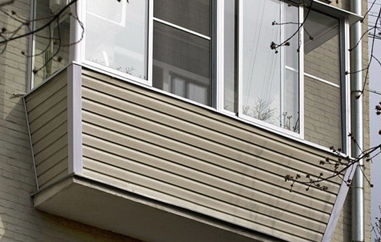 Пример балкона, обшитого сайдингом