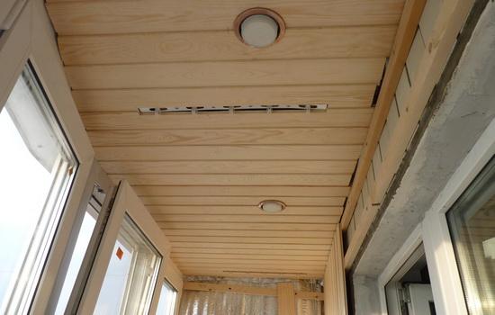 Пример отделки балконного потолка вагонкой