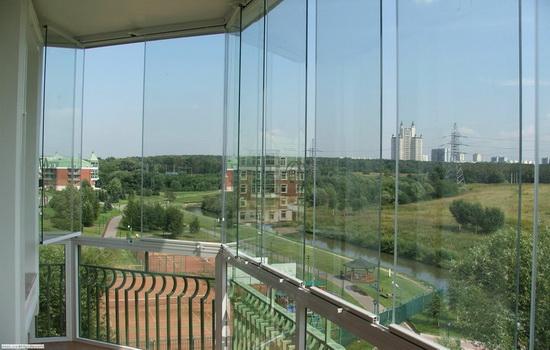 Пример панорамного остекления балкона (стекла до пола)