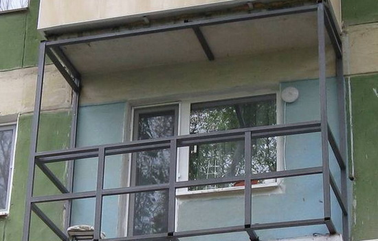 Установка опорного каркаса на балконе