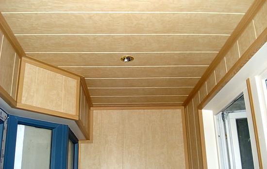 Варианты отделки потолка балкона